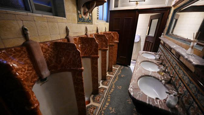 Toilet para pria digambarkan di dalam pub Philharmonic Dining Rooms di Liverpool pada 11 Februari 2020. Pub yang mendapat status Grade II sejak tahun 1955, sekarang bergabung dengan permata arsitektur Inggris lainnya, seperti Istana Buckingham. (Paul ELLIS / AFP)