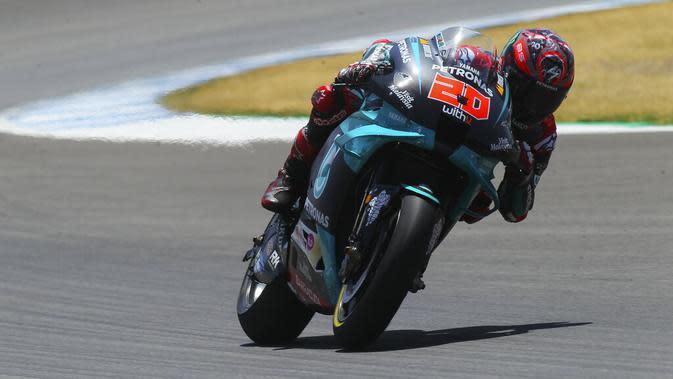 Pembalap Petronas Yamaha, Fabio Quartararo, saat beraksi pada MotoGP Andalusia di Sirkuit Jerez, Minggu (26/7/2020). Fabio Quartararo berhasil finis pertama dengan catatan waktu 41 menit 22,666 detik. (AP Photo/David Clares)