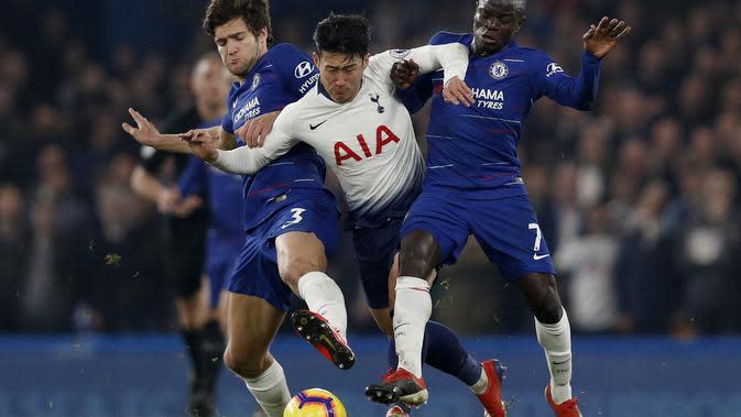 Aksi Son Heung Min melewati dua pemain Chelsea pada laga lanjutan Premier League yang berlangsung di stadion Stamford Bridge, London, Kamis (28/2). Chelsea menang 2-0 atas Tottenham Hotspur. (AFP/Adrian Dennis)