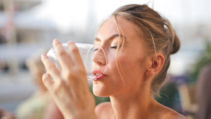 Minum air putih jadi solusi. Photo by Adrienn from Pexels