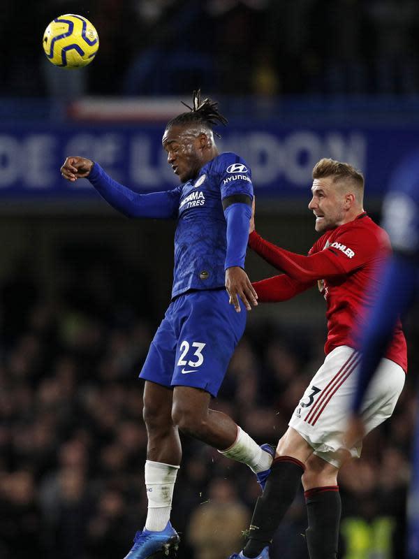 Penyerang Chelsea, Michy Batshuayi berebut bola udara dengan bek Manchester United, Luke Shaw pada pertandingan lanjutan Liga Inggris di Stamford Bridge, London (18/2/2020). MU menang 2-0 atas Chelsea. (AFP Photo/Adrian Dennis)