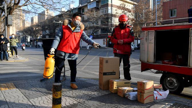 Seorang staf mendisinfeksi paket Xu Guobin di Xi'an, Provinsi Shaanxi, China barat laut, pada 3 Februari 2020. Kurir bernama Xu Guobin terus bekerja saat liburan Tahun Baru Imlek selama 12 hari berturut-turut di tengah merebaknya wabah coronavirus baru. (Xinhua/Liu Xiao)