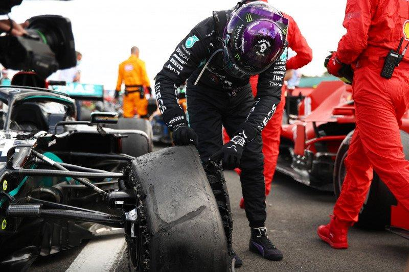 """Jantungku nyaris berhenti,"" kata Hamilton soal pecah ban jelang finis"