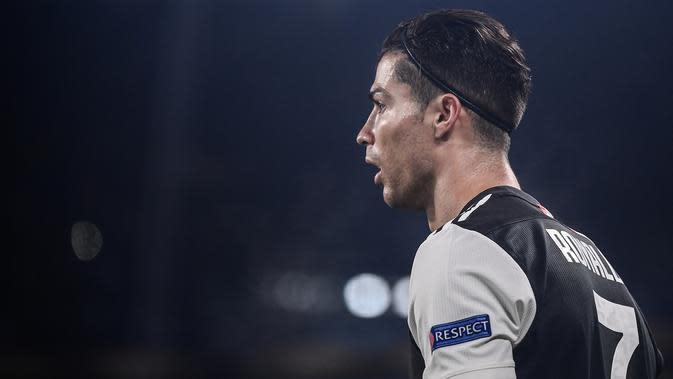 Penyerang Juventus, Cristiano Ronaldo, terlihat selama matchday kelima Grup D Liga Champions menghadapi Atletico Madrid di Allianz-Stadium, Turin, Selasa (26/11/2019). Meski gagal menyumbangkan gol, namun penampilan baru Ronaldo di laga tersebut menjadi sorotan. (Marco Bertorello / AFP)