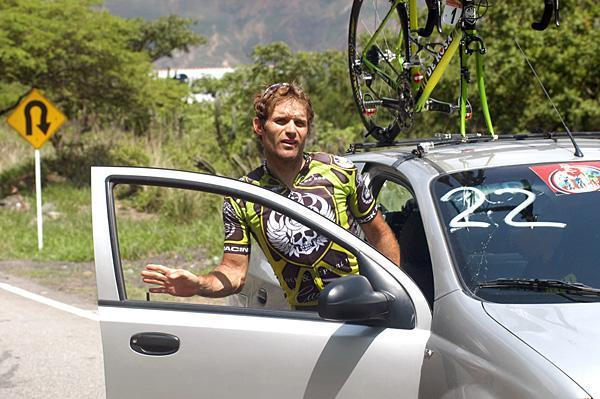 Santiago Botero climbs in the car at Tour of Colombia in 2008