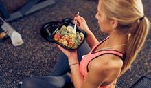 下班後去運動,晚餐怎麼吃?營養師公開:運動「前半小時到2小時」3大飲食原則,有效增肌減脂