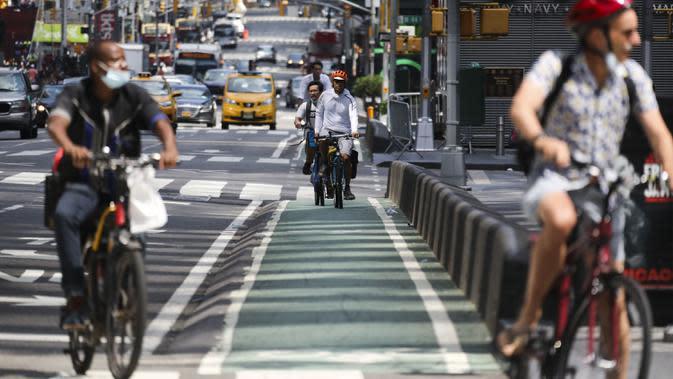 Sejumlah orang mengendarai sepeda di Times Square, New York, Amerika Serikat, Minggu (9/8/2020). Menurut Center for Systems Science and Engineering (CSSE) di Universitas Johns Hopkins, jumlah kasus COVID-19 di Amerika Serikat melampaui angka 5 juta pada Minggu (9/8). (Xinhua/Wang Ying)