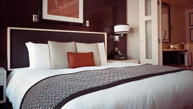 Ilustrasi tempat tidur di kamar hotel. (dok. pexels.com/Pixabay)