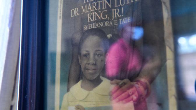 Refleksi Roosevelt Cruel terlihat pada bingkai foto di sekolah tua Kebudayaan Afrika Amerika di Jefferson County (28/9/2020). Daerah ini salah satu yang termiskin dengan pendapatan rumah tangga rata-rata hampir tidak melebihi $ 20.000 per tahun, sepertiga dari rata-rata nasional.(AFP/Chandan Khanna)