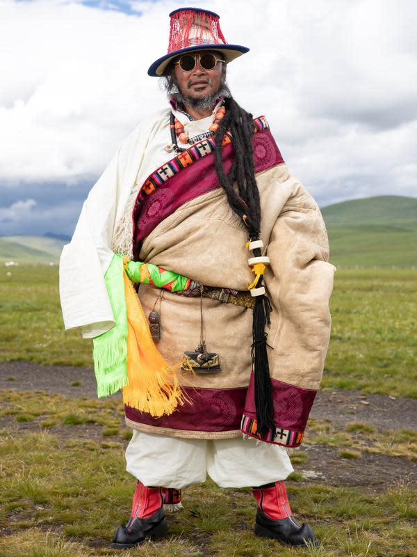 Seorang pria mengikuti peragaan busana Tibet di padang rumput Zhaqingtang di Wilayah Sertar, Provinsi Sichuan, China barat daya (7/8/2020). (Xinhua/Jiang Hongjing)