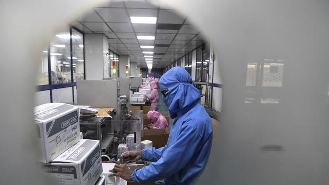 Para pekerja mengemas jarum suntik di pabrik Jarum Suntik Hindustan di Faridabad (2/9/2020). Produsen jarum suntik terbesar di India meningkatkan produksinya untuk menghasilkan satu miliar unit. (AFP/Sajjad Hussain)