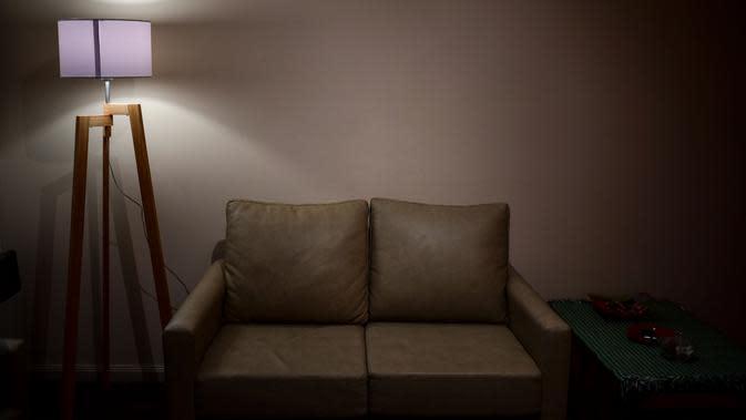 Sofa tempat Oscar Farias, yang meninggal karena COVID-19 pada 27 April, duduk menonton TV di rumah putranya di Buenos Aires, 30 Juni 2020. Hingga 25 September 2020, kematian global akibat COVID-19 hampir mencapai satu juta, sepertiganya terjadi di Amerika Latin. (RONALDO SCHEMIDT/AFP)