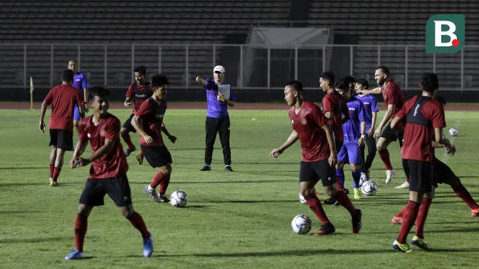 Pelatih Timnas Indonesia, Shin Tae yong, memperhatikan pemainnya saat latihan di Stadion Madya, Senayan, Jakarta, Jumat (14/2). Latihan pertama Timnas Indonesia ini diikuti 30 pemain.(Bola.com/Yoppy Renato)