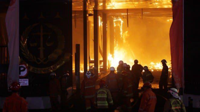 Petugas pemadam kebakaran berusaha memadamkan api di Kejaksaan Agung