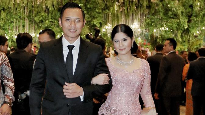 Di beberapa perhelatan, Annisa Pohan selalu setia menemani sang suami, Agus Harimurti Yudhoyono. Tak ketinggalan ia juga kerap menggunakan kebaya minimalis yang tampak menawan. (Liputan6.com/IG/annisayudhoyono)