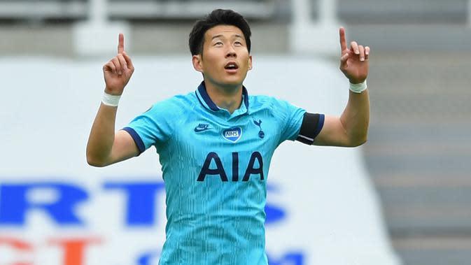 Striker Tottenham Hotspur, Son Heung-Min berselebrasi usai mencetak gol ke gawang Newcastle United pada pertandingan lanjutan Liga Inggris di St James 'Park di Newcastle-upon-Tyne , Inggris (15/7/2020). Tottenham menang 3-1 atas Newcastle. (AFP/Stu Forster)