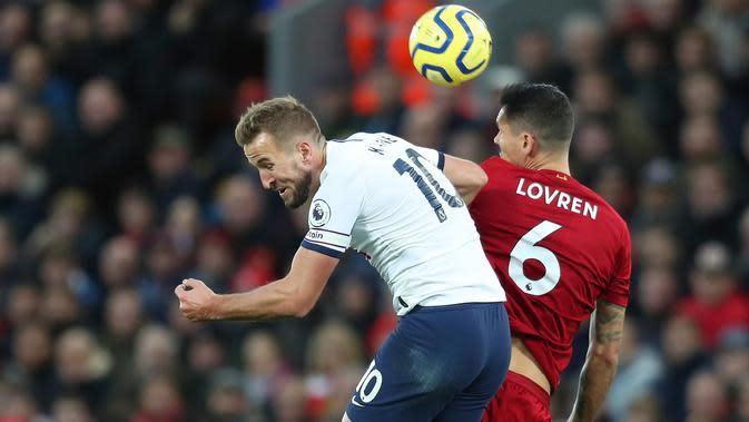 Pemain Tottenham Hotspur, Harry Kane dan bek tengah Liverpool, Dejan Lovren melompat saat berebut bola pada pekan ke-10 Liga Inggris musim 2019/20 di Anfield, Minggu (27/10/2019). Menjamu Tottenham Hotspur, pasukan Jurgen Klopp menang 2-1 setelah sempat tertinggal. (AP/Jon Super)