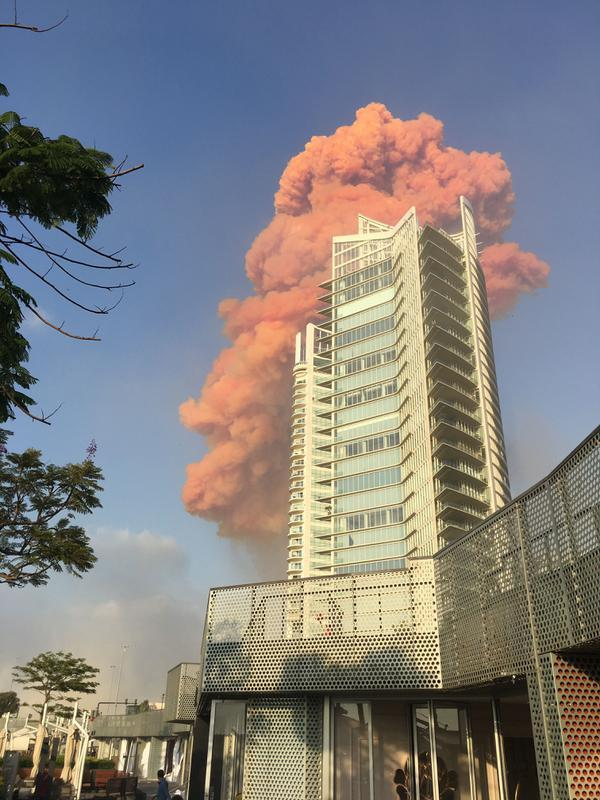 Sebuah foto yang diambil dari Teluk Zaytouna menunjukkan gumpalan api merah di belakang sebuah bangunan tinggi di pusat kota Beirut tepat setelah ledakan besar mengguncang ibukota Lebanon (4/8/2020). (AFP Photo/Bassem El Hage)