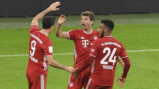 Penyerang Bayern Munchen, Thomas Mueller, merayakan gol yang dicetaknya ke gawang Borussia Dortmund pada laga Piala Super Jerman di Allianz Arena, Kamis (1/10/2020) dini hari WIB. Bayern Munchen menang 3-2 atas Borussia Dortmund. (Andreas Gebert/Pool via AP)