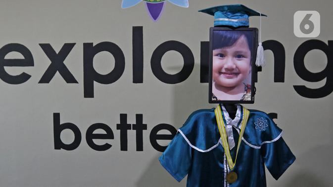 Roboda (robot wisuda) menampilkan wajah siswa saat wisuda virtual Kelompok Bermain Taman Kanak-kanak (KB TK) Sekolah Nasional Satu di Bekasi, Rabu (1/07/2020). Sekolah itu menggunakan teknologi virtual dan roboda guna memudahkan prosesi wisuda selama Covid-19. (Liputan6.com/Herman Zakharia)