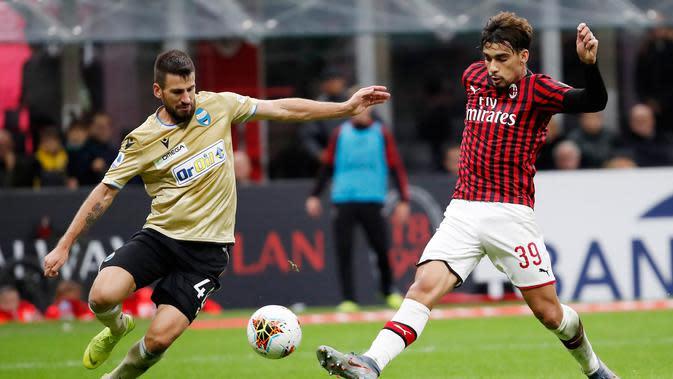 Pemain AC Milan Lucas Paqueta (kanan) berebut bola dengan pemain SPAL Nenad Tomovic pada pertandingan Liga Italia di Stadion San Siro, Milan, Italia, Kamis (31/10/2019). AC Milan menang 1-0 atas SPAL. (AP Photo/Antonio Calanni)