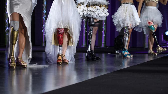 Atlet paralimpiade dengan kaki palsu prostetik menampilkan kreasi desainer Makiko Sugawa dalam fashion show bertajuk