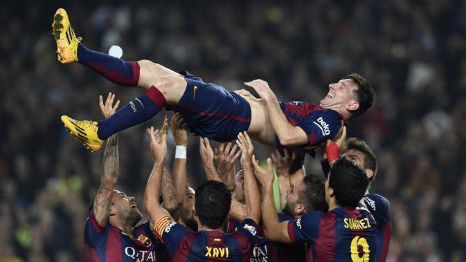 Para pemain Barcelona mengangkat Lionel Messi usai membobol gawang Sevilla pada laga La Liga Spanyol di Stadion Camp Nou, Barcelona, Sabtu (22/11/2014). (AFP/Lluis Gene)