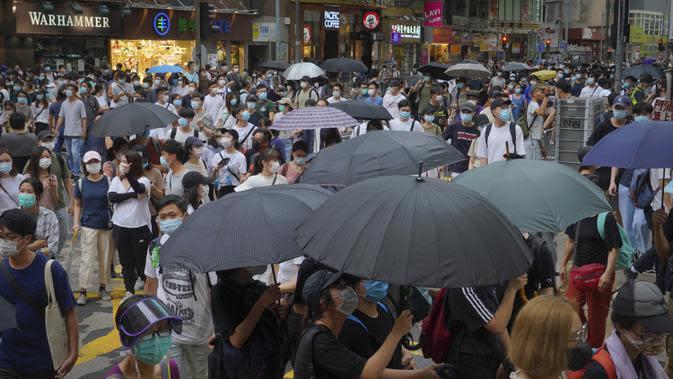 Para pengunjuk rasa yang menentang Undang-Undang Keamanan Nasional berbaris pada hari peringatan penyerahan Hong Kong ke China dari Inggris di Hong Kong, Rabu (1/7/2020). Unjuk rasa berlangsung sehari setelah pemberlakuan Undang-Undang Keamanan Nasional. (AP Photo/Vincent Yu)