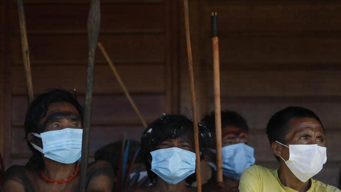 Masyarakat pribumi menunggu giliran untuk melakukan konsultasi medis di Negara Bagian Roraima, Brasil (30/6/2020). Tim medis militer Brasil menyediakan perawatan medis bagi masyarakat pribumi mulai 30 Juni hingga 5 Juli, termasuk tes COVID-19. (Xinhua/Lucio Tavora)