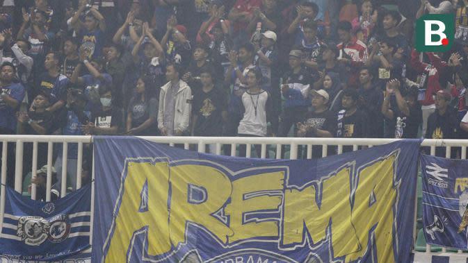 Suporter Arema FC saat melawan Persikabo pada laga Shopee Liga 1 di Stadion Pakansari, Bogor, Senin, (2/3/2020). Tira Persikabo takluk 0-2 dari Arema FC. (Bola.com/M Iqbal Ichsan)