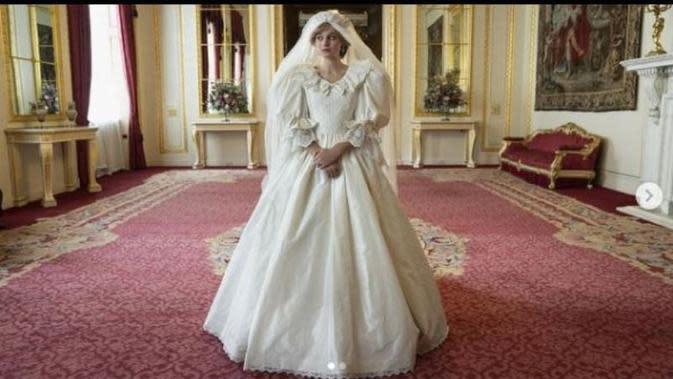 Pakai Replika Gaun Pengantinnya, Emma Corrin Dipuji Mirip Putri Diana. (dok,Instagram @emmalouisecorrin/https://www.instagram.com/p/CF5IFMEhK6Y/Henry)