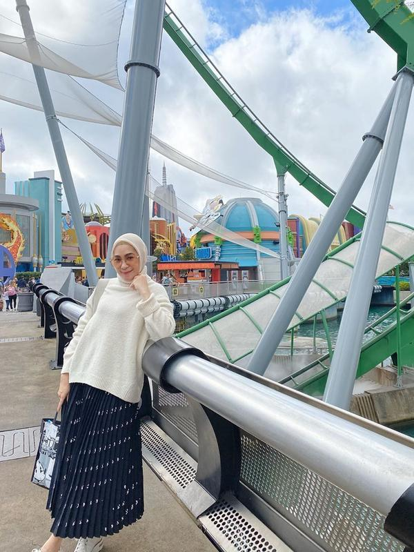 Istri Andre Taulany kini kerap tampil dengan hijab, cantik dan memesona. (Sumber: Instagram/@erintaulany)