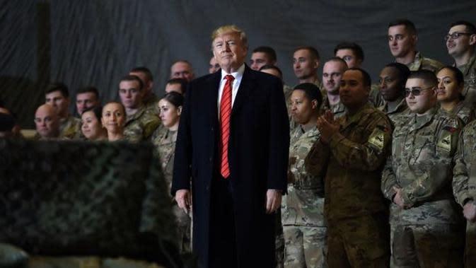 Donald Trump besama pasukan AS di Afghanistan. (AFP)