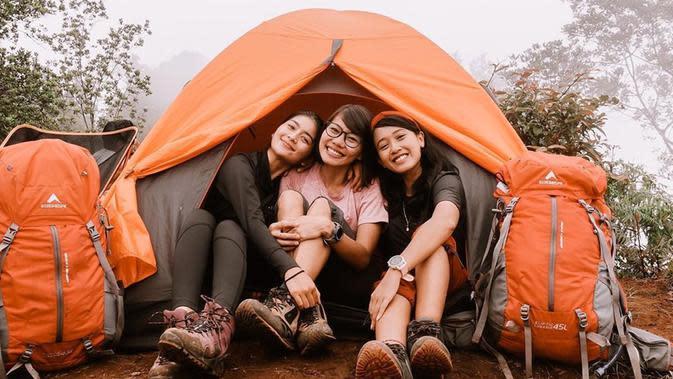 Tak hanya sendiri, ia juga mendaki gunung bersama dengan teman-temannya. Kehangatan di tenda dengan saling berdekatan, menjadi momen tak terlupakan Debi saat mendaki gunung. (Liputan6.com/IG/@debisagita)