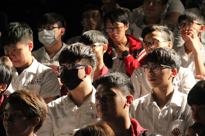學生相當專心於演說