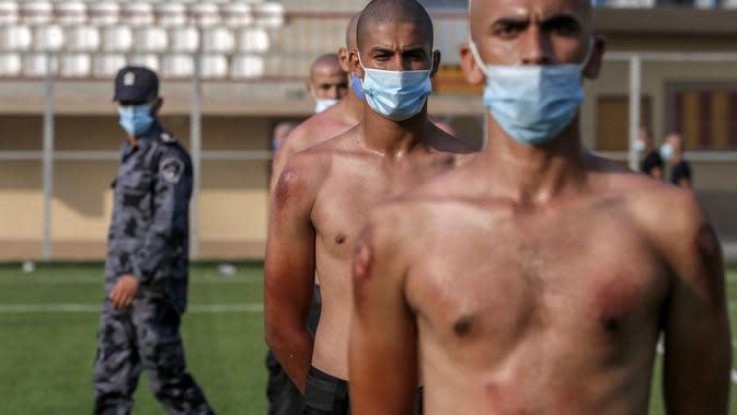 Anggota pasukan keamanan Palestina yang mengenakan masker untuk menghindari penyebaran virus Corona Covid-19 mengikuti sesi pelatihan di kota Rafah di Jalur Gaza selatan (17/9/2020). (AFP/Said Khatib)