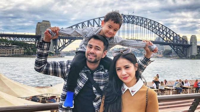 Rafathar Malik Ahmad bersama kedua orang tuanya, Raffi Ahmad dan Nagita Slavina. (Sumber: YouTube/Rans Entertainment)