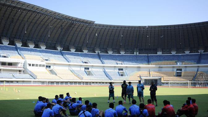 Pelatih Persib Bandung, Robert Alberts pimpin latihan tim hari Rabu (26/8/2020). (Erwin Snaz/Bola.com)