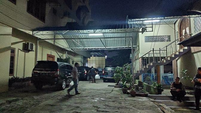 KPK membawa sejumlah dokumen usai menggeledah rumah pengusaha di Pekanbaru terkait korupsi jalan di Bengkalis. (Liputan6.com/M Syukur)