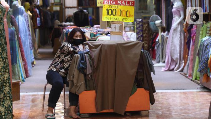 Pedagang menunggu pembeli di salah satu pertokoan di Pasar Baru, Jakarta Pusat, Selasa (9/6/2020). Pusat perbelanjaan tersebut kembali dibuka, meski masih dalam masa Pembatasan Sosial Berskala Besar (PSBB) transisi. (Liputan6.com/Angga Yuniar)