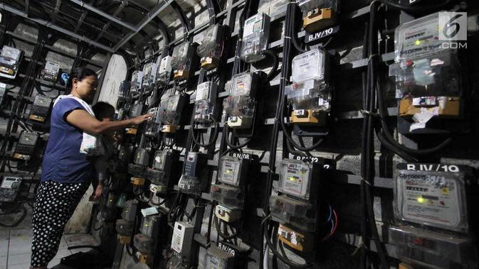 Pelanggan mengisi token listrik di Rusun Bendungan Hilir, Jakarta. (Liputan6.com/Angga Yuniar)