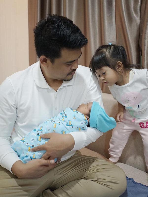 Kahiyang ayu dan Bobby bagikan potret keluarga baru. (Sumber: Instagram/@bobbynst)