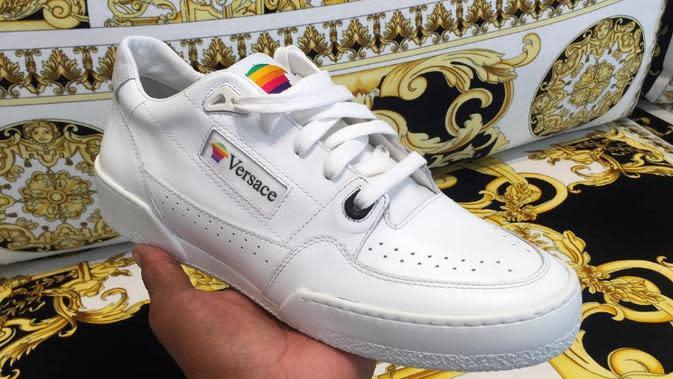 Sneakers dari Versace akan gunakan logo Apple versi lawas (Foto: instagram/salehebembury)