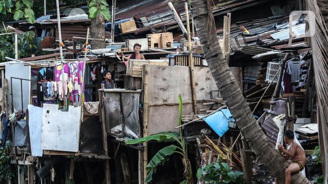 Anak-anak bermain di bantaran sungai Ciliwung, Pemukimannya, Manggarai, Jakarta, Selasa (29/9/2020). Sebab, perekonomian Indonesia saat ini sudah terdampak hebat dan diperkirakan pertumbuhannya akan terus negatif sampai akhir tahun. (Liputan6.com/Johan Tallo)