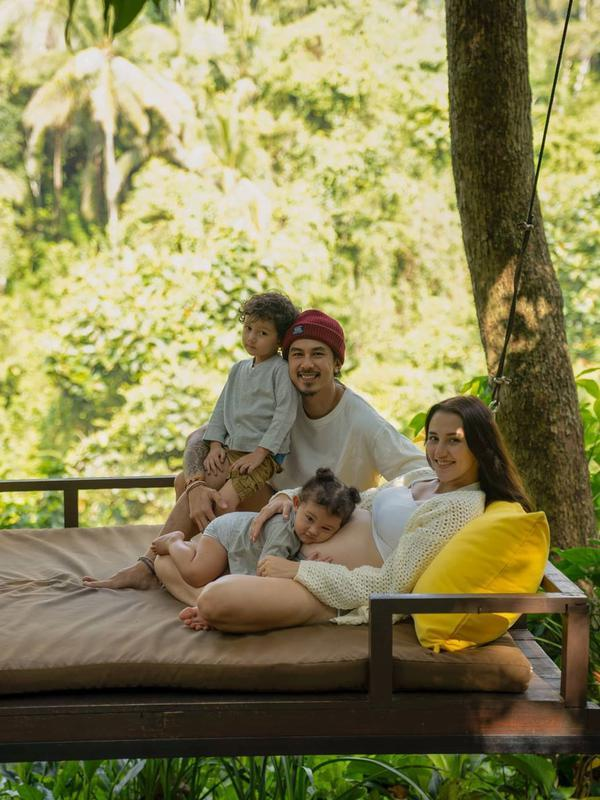 Jelang melahirkan, Fandy Christian dan Dahlia Poland juga membagikan potret babymoon di Ubud Bali pada pertengahan bulan September lalu. (Instagram/dahliachr)