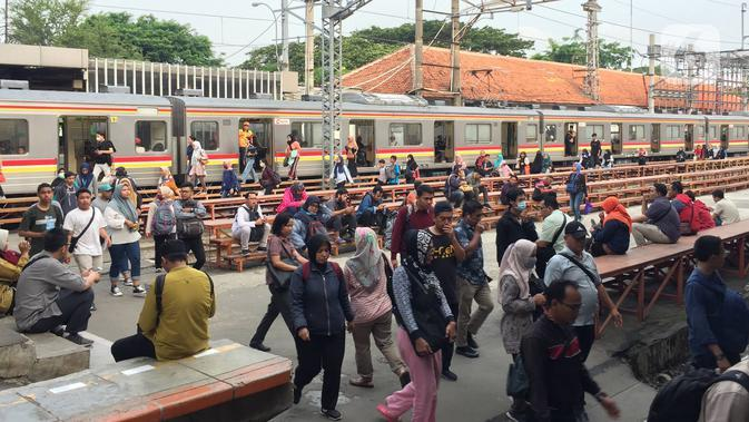 Penumpang berlalu-lalang di peron Stasiun Manggarai, Jakarta, Jumat (20/12/2019). Total jumlah penumpang hingga Oktober 2019 sudah mencapai 81,13 persen dari target tahunan sebanyak 343,5 juta orang. (Liputan6.com/Immanuel Antonius)