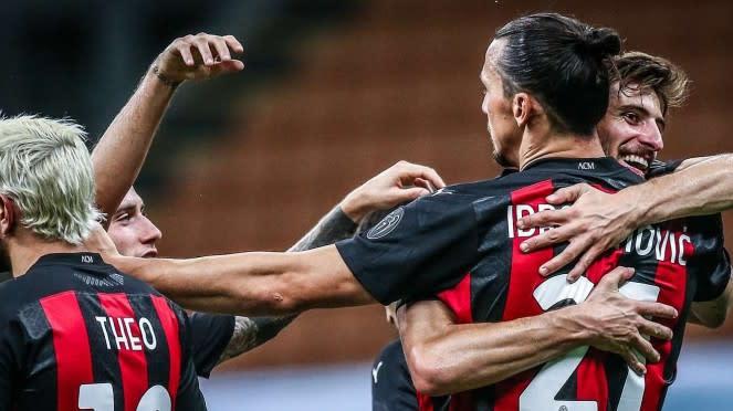 Zlatan Ibrahimovic merayakan gol dengan pemain AC Milan lainnya