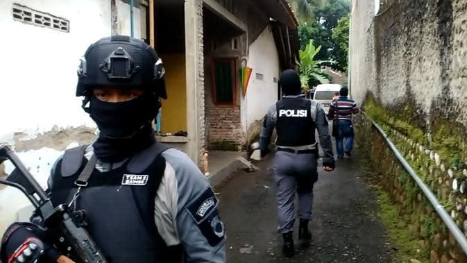 Ilustrasi – Polisi berjaga usai penangkapan terduga teroris di Karanglewas, Banyumas. (Liputan6.com/Muhamad Ridlo)