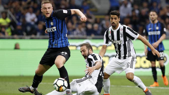 Striker Juventus, Gonzalo Higuain, berebut bola dengan bek Inter Milan, Milan Skriniar, pada laga Serie A di Stadion Giuseppe Meazza, Sabtu (28/4/2018). Inter Milan takluk 2-3 dari Juventus. (AP/Antonio Calanni)