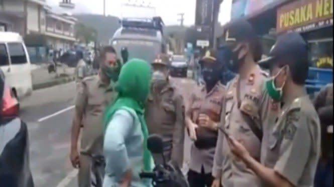 Video Polisi Diomelin Emak-emak, Galak Banget